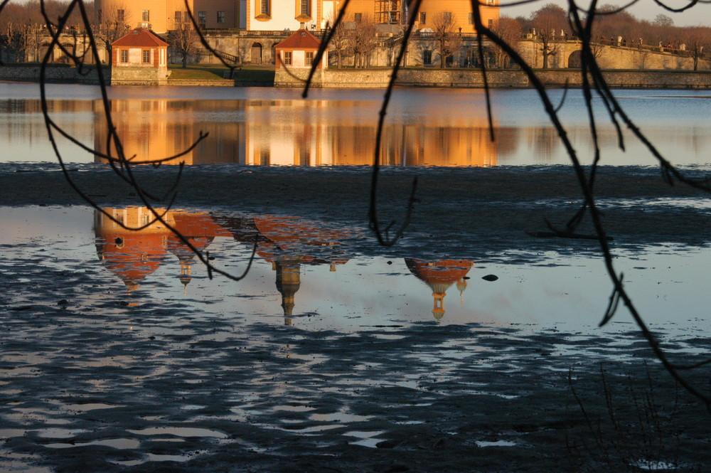 Schloss Moritzburg spiegelt sich in der Abendsonne