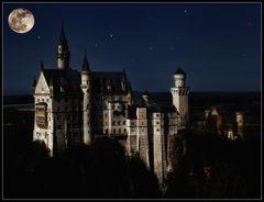 Schloss Neuschwanstein bei Vollmond unterm Sternenhimmel