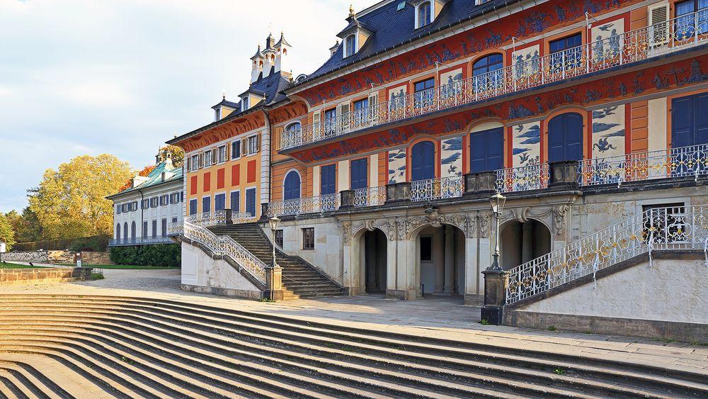 Schloss Pillnitz mit der Freitreppe zur Elbe