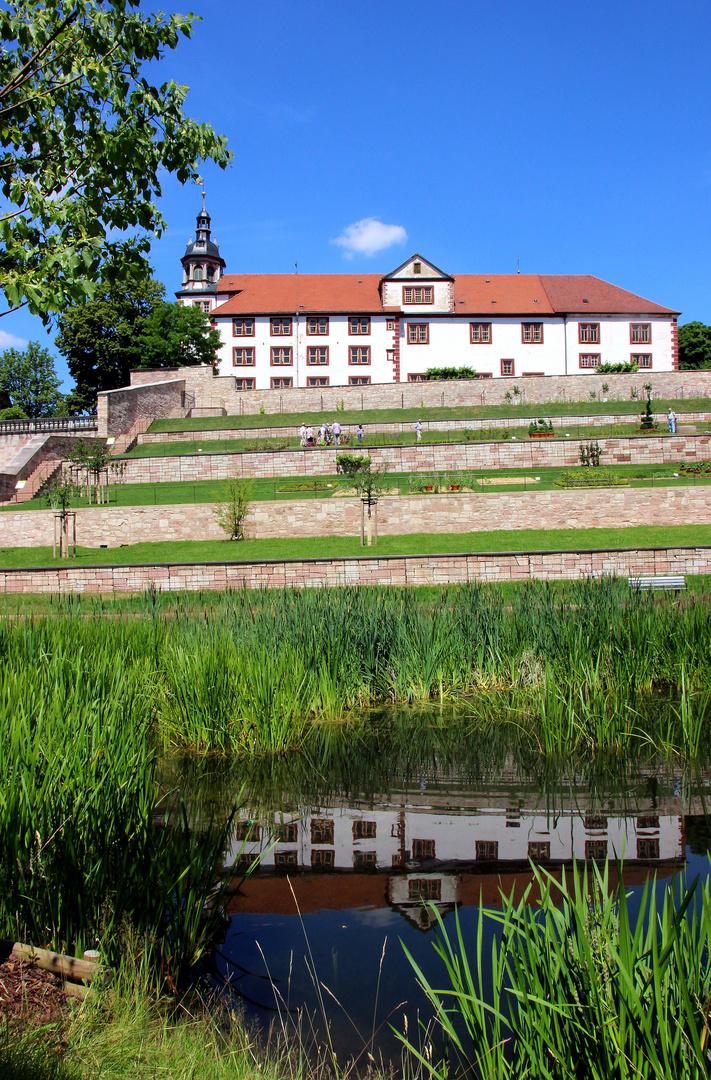 Schloss Wilhelmsburg gespiegelt