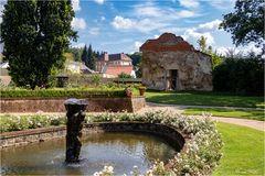 Schlosspark mit Ruine