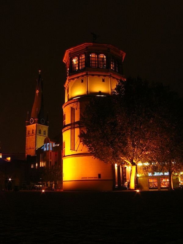 Schlossturm in Düsseldorf bei Nacht