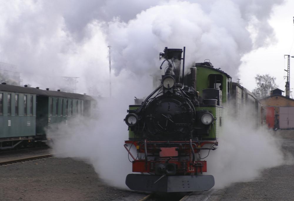 Schmalspurbahnen - die sächs. IVk Lok unter Dampf bei der Bereitstellung im Bahnhof Radebeul