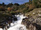Schmelzwasser im Herbst nach dem ersten Schnee