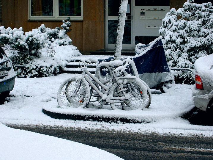Schmuddeliger Schnee in der Stadt