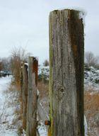 Schnee auf dem Zaunpfahl