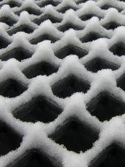 Schnee auf Gitterrost