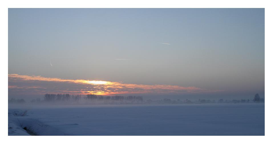 Schnee, Nebel und blauer Himmel