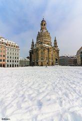 Schnee vor der Kirche