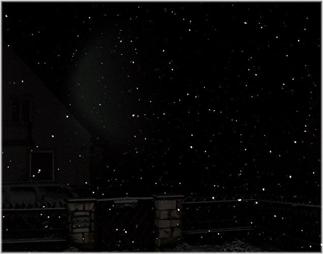 Schneeflocken in Wemding in der Nacht