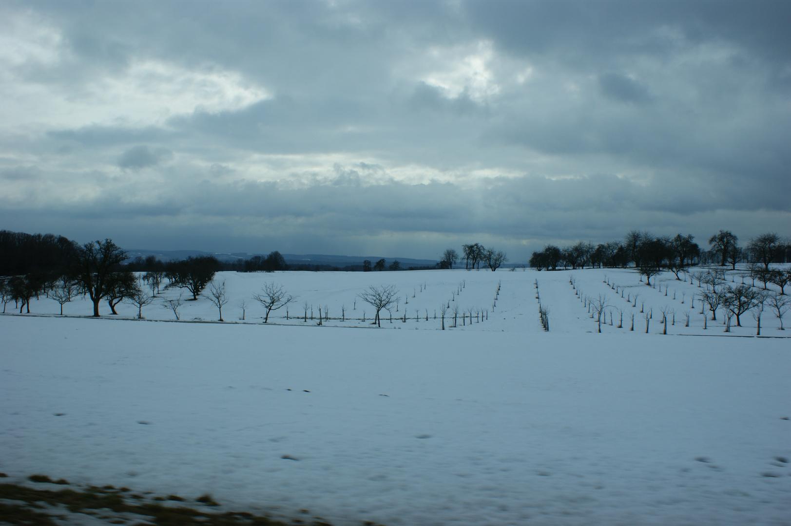 Schneelandschaft mit tief hängenden Wolken