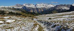 Schneereste am Ankunftstag in den Dolomiten auf dem Sellapass...
