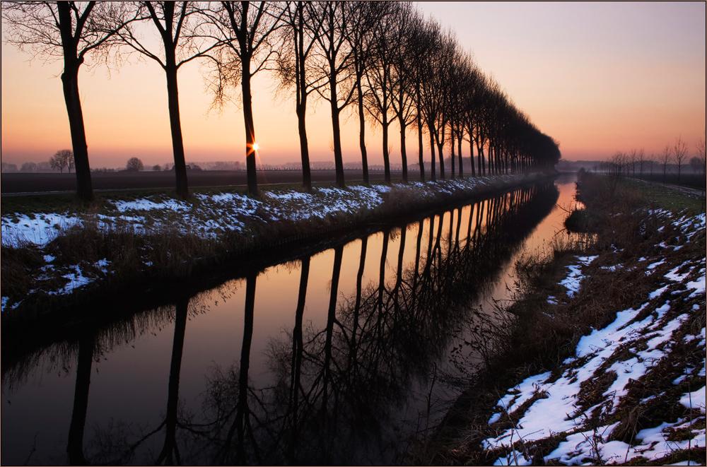 Schneereste am Kanal
