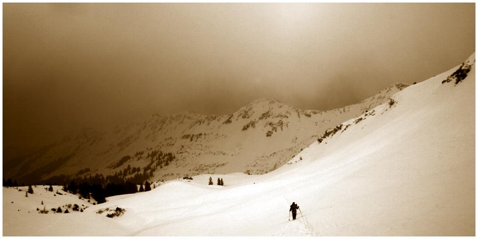 Schneeschuhwanderer im Sturm