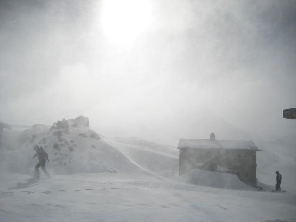 Schneeverwirbelung in der Sonne