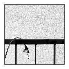 Schnur mit Haken über Balustrade hängend