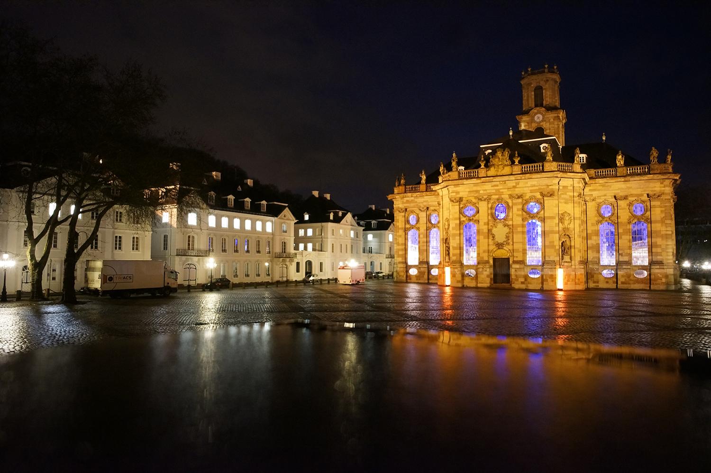 Schön beleuchtete Ludwigskirche in der Vorweihnachtszeit
