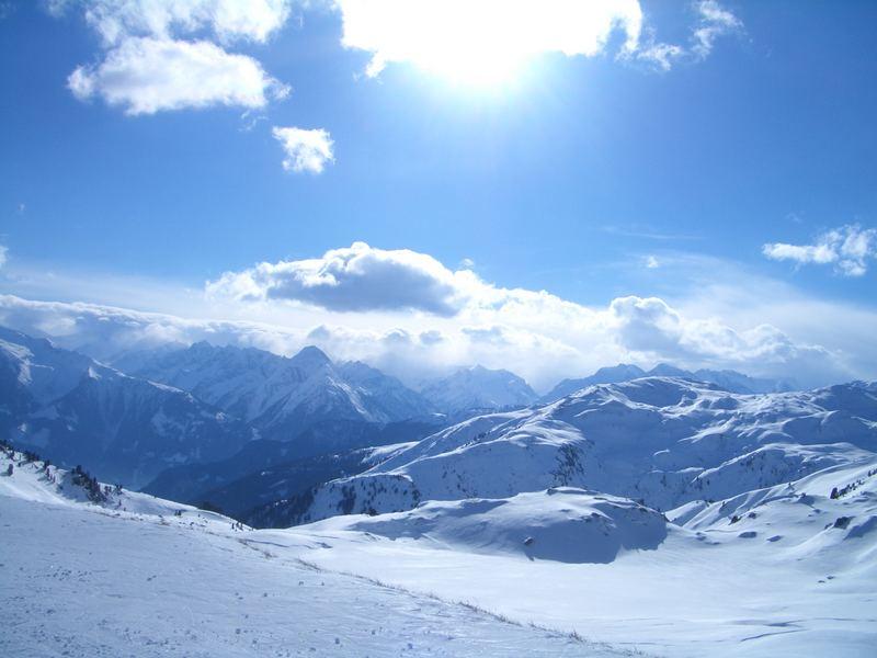 schöne Berglandschaft mit Sonne und Himmel