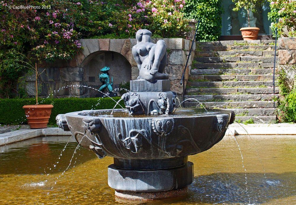 Schöner Brunnen mit weiblicher Statur