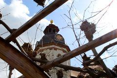 schöner Durchblick auf dieUhr der Schlosskirche
