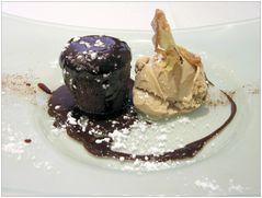 Schoko-Coulant mit Tiramisu-Eis