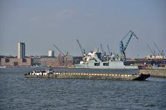 Schubschiff im Vorhafen