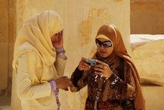 Schülerinnen in einem Tempel, Luxor, Ägypten