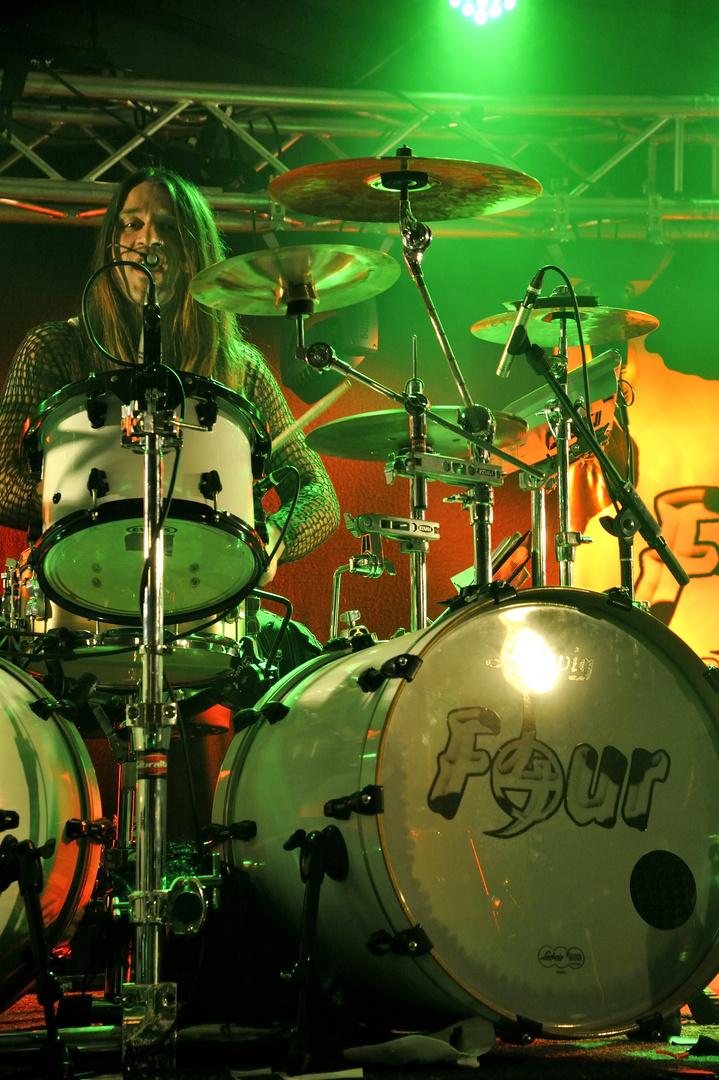 Schüttie on drums