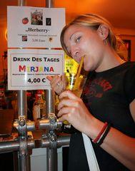 """Schützenfest Hannover 2006 - NP Redakteurin Mirjana mit Cocktail """"Mirjana"""""""