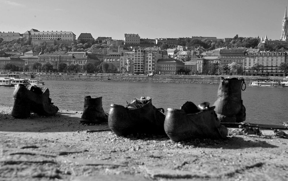 Schuhe am Donauufer