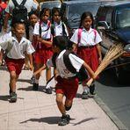 Schule ist aus - oder klassisch Jungs und Mädels - gesehen auf Bali