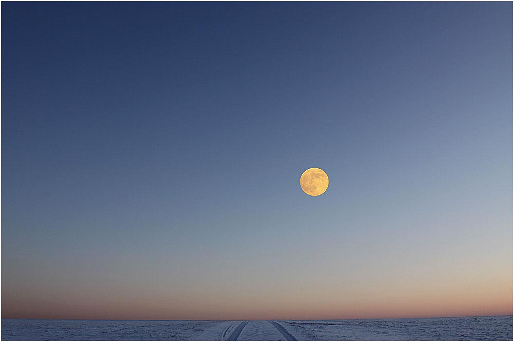 ... Schwäbische Alb / Der Mond am Horizont ....
