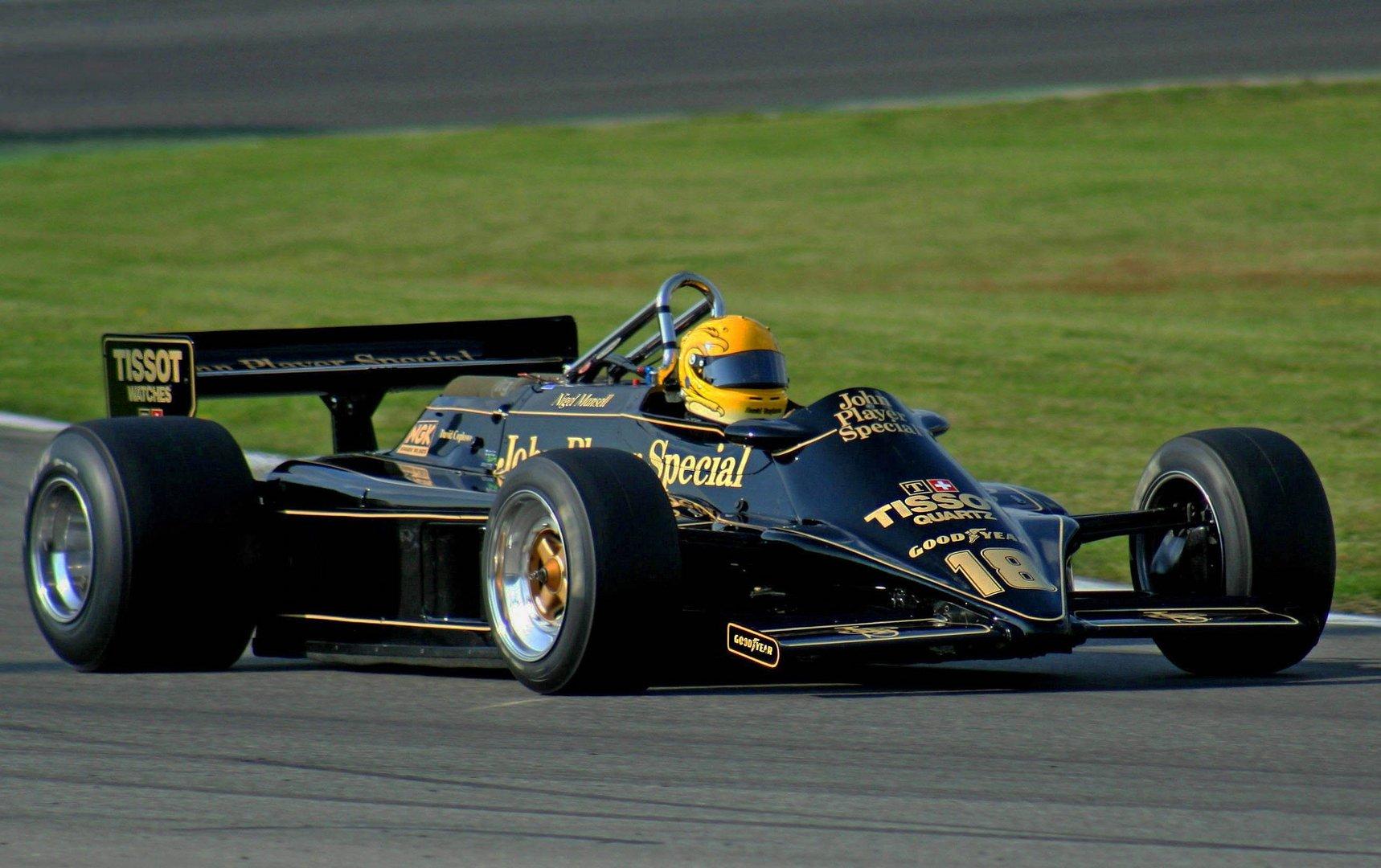 Schwarz mit goldenen Streifen