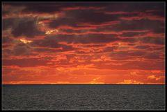 Schwarz-rot-goldener Himmel