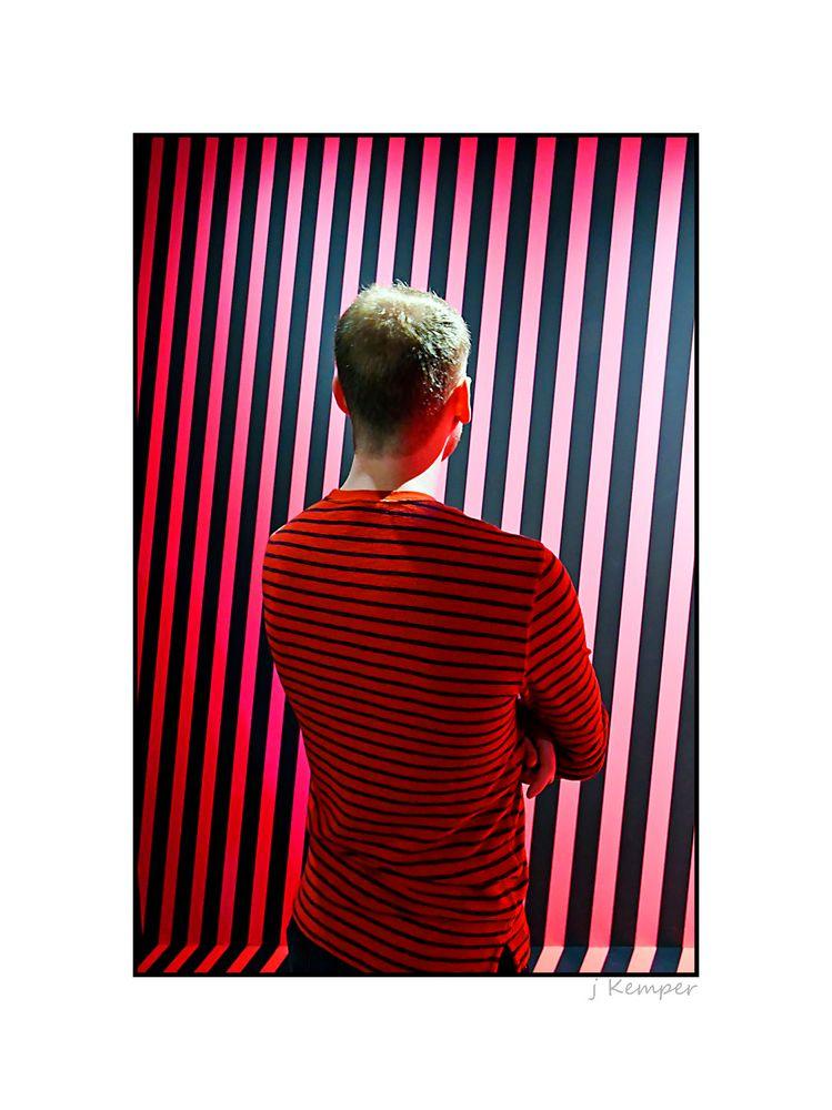 - schwarz und rot gestreift -
