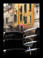 schwarze Stühle