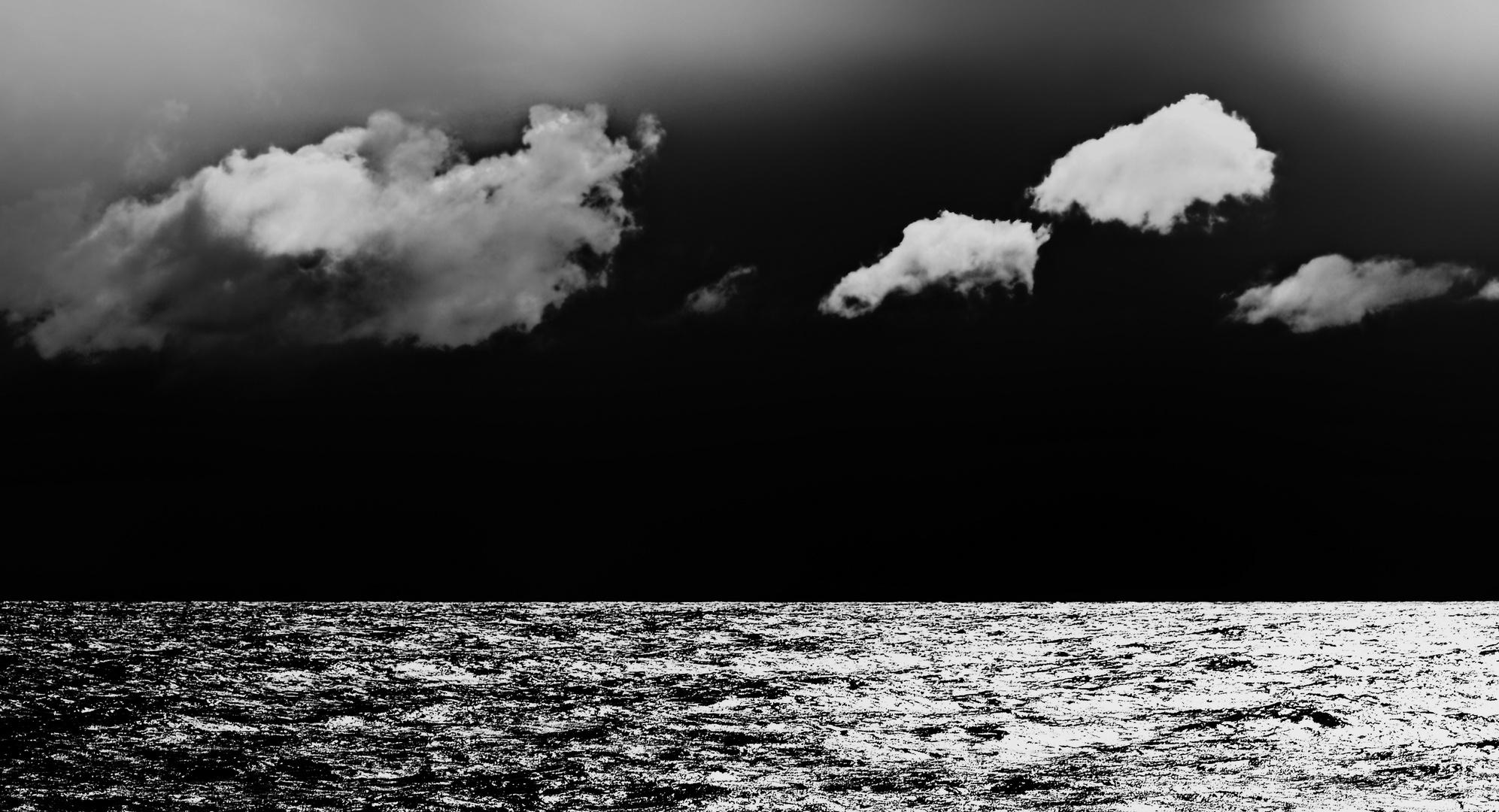 Schwarzer Horizont mit Wolken ...