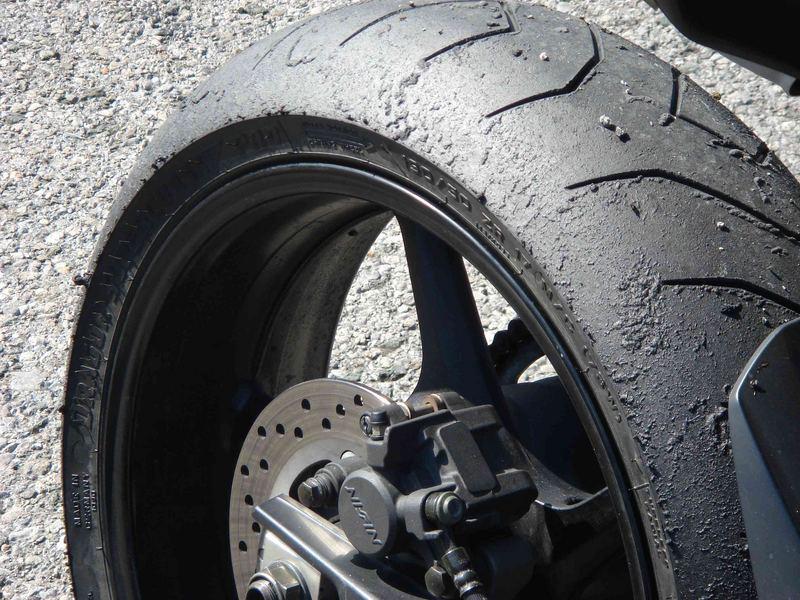 Schwarzer Reifen vor grauem Untergrund