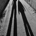 Schwarzweisser Freitag 19.02.2021 Die langen Schatten OPA und Enkel