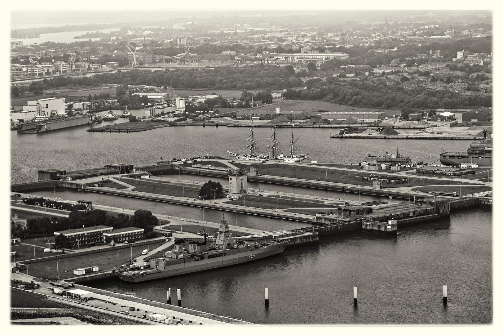 Schwarzweißer Freitag - Luftaufnahme Gorch Fock im Hafen