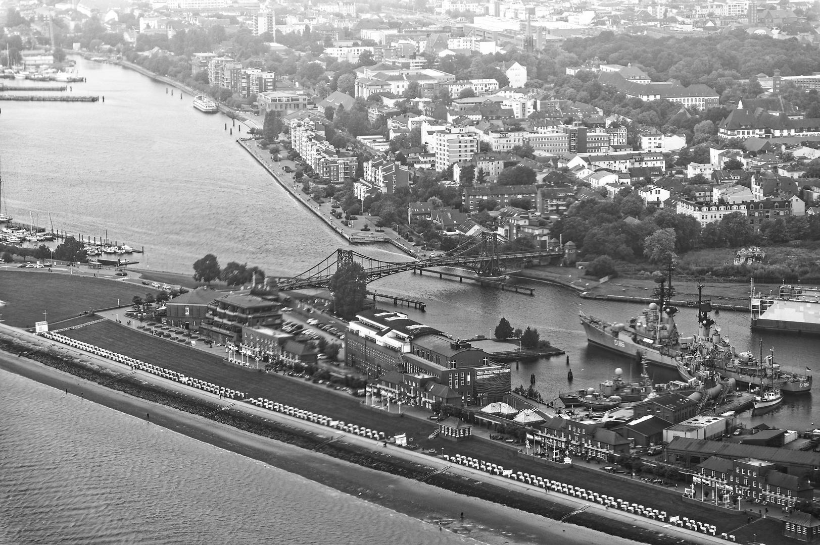 Schwarzweißer Freitag - Luftaufnahme Kaiser Wilhelm Brücke