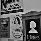Schwarzweißer Freitag - Werbeschilder bei Dr. Oetker