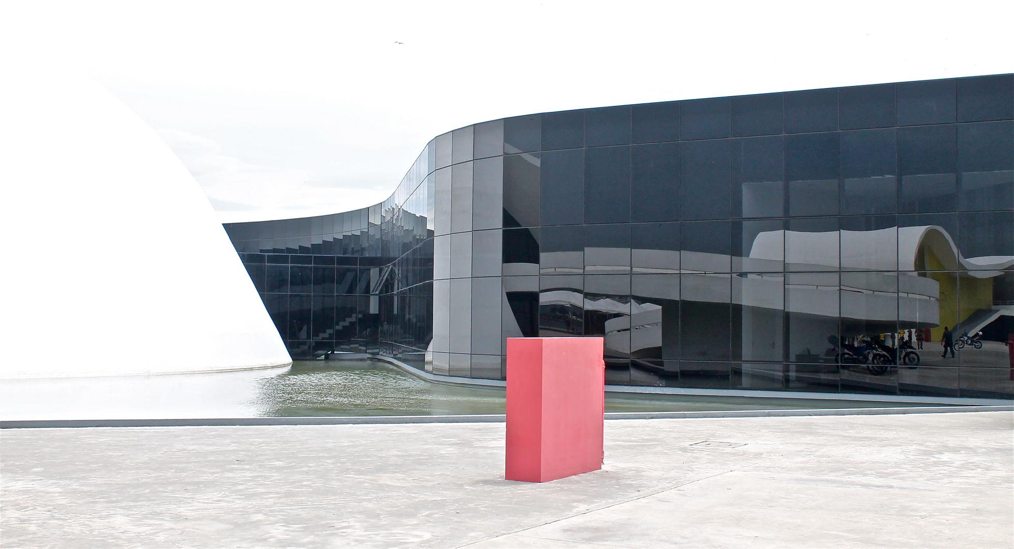 schwarz wei rot foto bild architektur geb ude spiegelung bilder auf fotocommunity. Black Bedroom Furniture Sets. Home Design Ideas