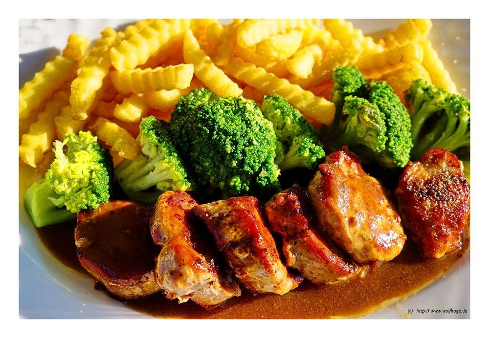 Schweinelendchechen an Brokoli