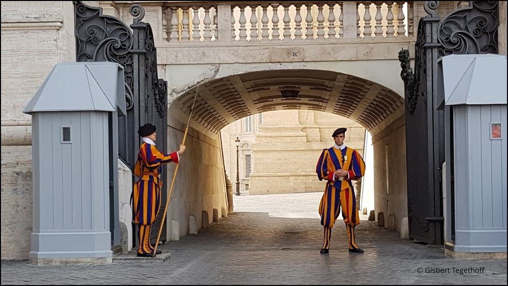 Schweizergarde am Seiteneingang zum Vatikan Sant'Annazum
