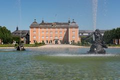 Schwetzingen Brunnen mit Schloss