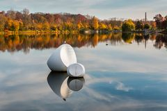 Schwimmende Plastik mit Möwe