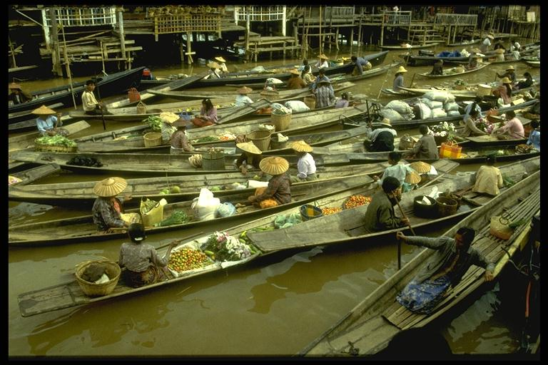 Schwimmender Markt am Inlesee