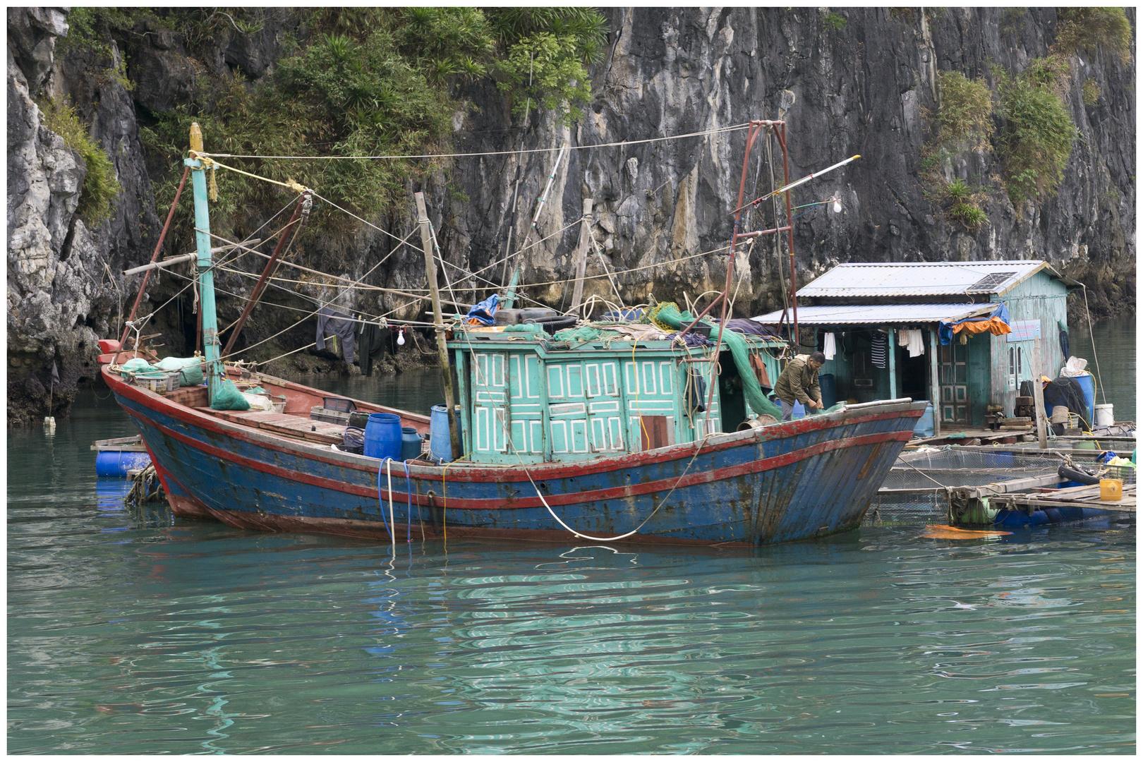 schwimmendes Eigenheim mit Boot