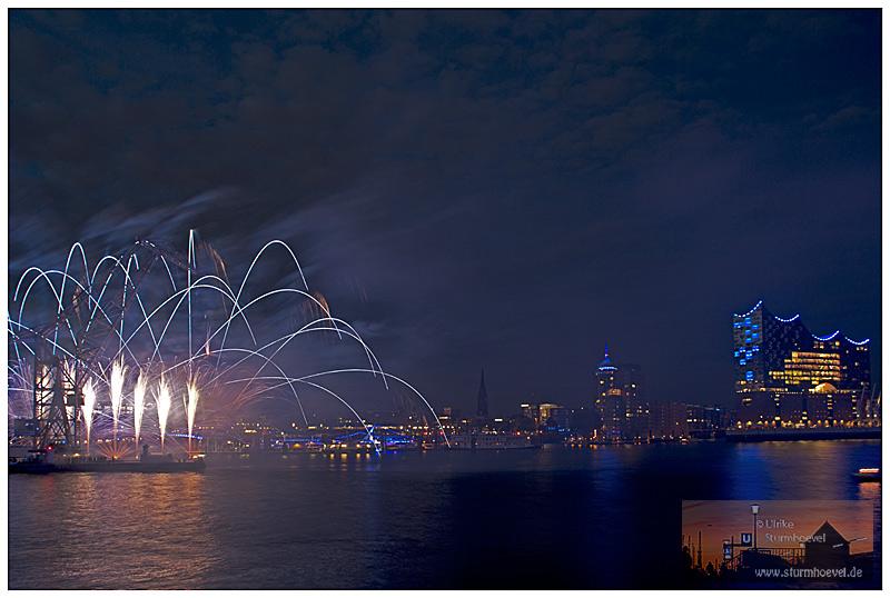 Schwimmkran mit Feuerwerk
